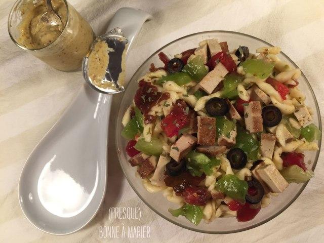 Salade de pâtes busiata à la moutarde, lardons de tofu, tomates et estragon
