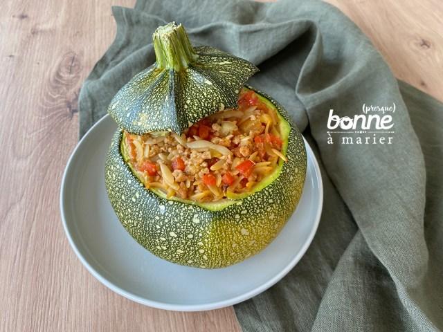 Courgette farcie aux protéines de soja texturées, à l'orzo et aux petits légumes