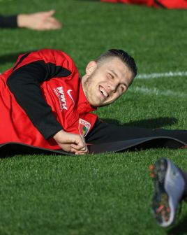 Jeffrey Gouweleeuw (FC Augsburg #6), lacht, Bodengymnastik. FC Augsburg, Trainingslager, Estepona, Saison 2015-2016, 13.01.2016