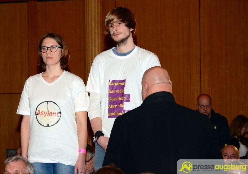 Nach dem schweigenden Protest zwölf junger Menschen kam es zu Unruhen im Saal. | Foto: Wolfgang Czech