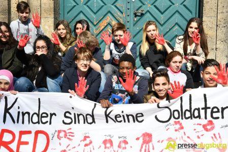 2017-03-17-Red-Hand-Day-–-25 Kinder sind keine Soldaten!   Schüler der Schillerschule und der Hans-Adlhoch-Schule setzen sich für Frieden ein Augsburg Stadt News Politik Hans-Adlhoch-Schule Red-Hand-Day Schillerschule Ulrike Bahr  Presse Augsburg