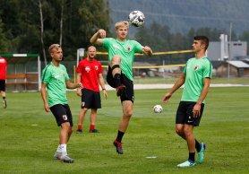 Martin Hinteregger (FC Augsburg #36) wieder mit Balltraining, beobachtet von Felix Schwarzholz (FC Augsburg #41, li.) Jozo Stanic (FC Augsburg #42) FC Augsburg, Trainingslager Längenfeld, Tirol, Saison 2018-2019, 02.08.2018
