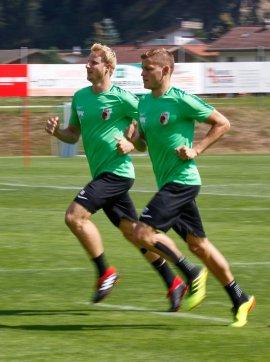 Martin Hinteregger (FC Augsburg #36) und Alfred Finnbogason (FC Augsburg #27, re.), Lauftraining, FC Augsburg, Trainingslager Längenfeld, Tirol, Saison 2018-2019, 02.08.2018