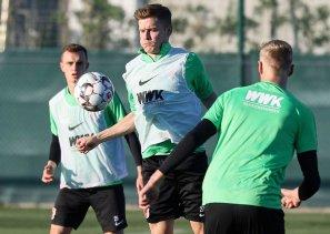 Alfred Finnbogason (FC Augsburg #27) im Zweikampf; FC Augsburg, Trainingslager Alicante 2019, La Finca Golf Resort, Trainingsgelände;