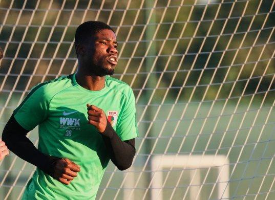 Kevin Danso (FC Augsburg #38), Auslaufen in der Abendsonne; FC Augsburg, Trainingslager Alicante 2019, La Finca Golf Resort, Trainingsgelände;