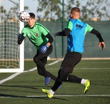 Gregor Kobel (Torhüter FC Augsburg) fixiert den Ball vor Jonathan Schmid (FC Augsburg #17), FC Augsburg, Trainingslager Alicante 2019, La Finca Golf Resort, Trainingsgelände;