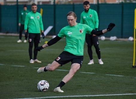 Fredrik Jensen (FC Augsburg #24), Torschuß; FC Augsburg, Trainingslager Alicante 2019, La Finca Golf Resort, Trainingsgelände;