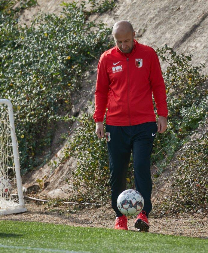 Klaus Hofmann (Präsident FC Augsburg) mit Ball, FC Augsburg, Trainingslager Alicante 2019, La Finca Golf Resort, Trainingsgelände;