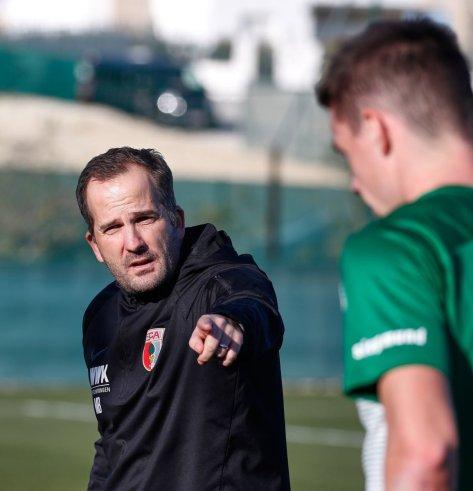 Manuel Baum (Trainer FC Augsburg) gibt Anweisungen in der Halbzeitpause, Testspiel FC Augsburg - Royal Antwerpen; FC Augsburg, Trainingslager Alicante 2019, La Finca Golf Resort, Trainingsgelände;