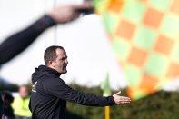 Manuel Baum (Trainer FC Augsburg) ruft, schreit, lautstark, gibt Anweisungen, mit Fahne des Assistenten; Testspiel FC Augsburg - Royal Antwerpen; FC Augsburg, Trainingslager Alicante 2019, La Finca Golf Resort, Trainingsgelände;