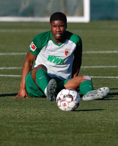 Kevin Danso (FC Augsburg #38) sitzt auf dem Rasen und schaut dem Ball hinterher; Testspiel FC Augsburg - Royal Antwerpen; FC Augsburg, Trainingslager Alicante 2019, La Finca Golf Resort, Trainingsgelände;