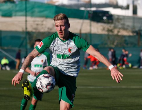 Andre Hahn (FC Augsburg #28) spielt den Ball, Testspiel FC Augsburg - Royal Antwerpen; FC Augsburg, Trainingslager Alicante 2019, La Finca Golf Resort, Trainingsgelände;