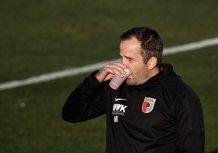 Manuel Baum (Trainer FC Augsburg) trinkt aus einem Pappbecher in der Halbzeitpause; Testspiel FC Augsburg - Royal Antwerpen; FC Augsburg, Trainingslager Alicante 2019, La Finca Golf Resort, Trainingsgelände;