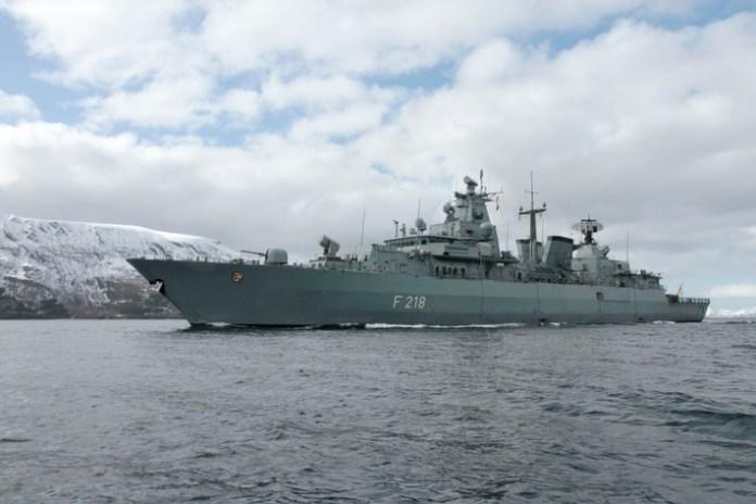 """Fregatte """"Mecklenburg-Vorpommern"""" in den norwegischen Fjorden im Rahmen der NATO-Übung Andoya in Norwegen, am 23.04.2016."""