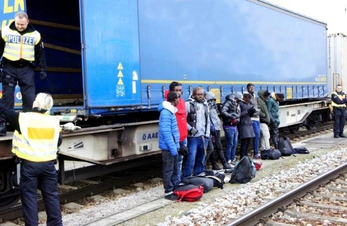 Die Bundespolizei hat bei Güterzugkontrollen in Rosenheim elf Migranten in einem Lkw-Auflieger gefunden. (Foto: Bundespolizei)