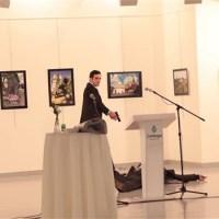 Vritet ambasadori rus në Ankara, qëllohet atentatori