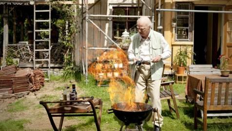 Der-Hundertjährige,-der-aus-dem-Fenster-stieg-und-verschwand-©-2013-Filmladen(2)