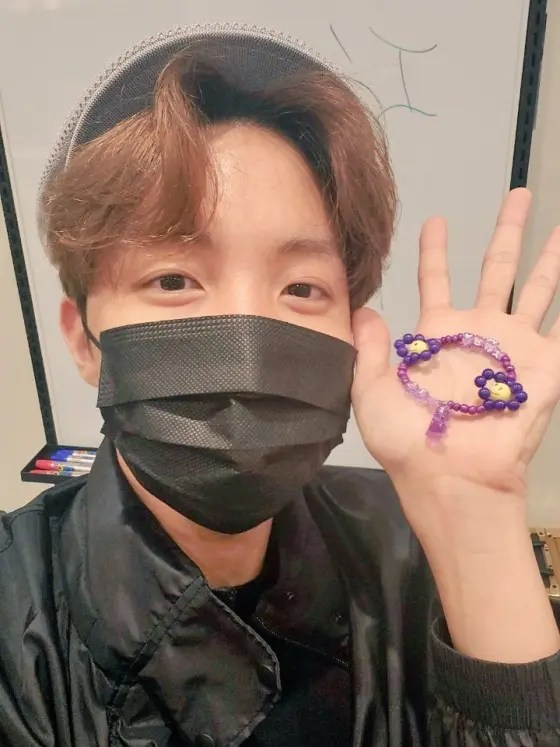 BTS J-Hope, a bracelet-making broadcast for ARMY, is a hot issue