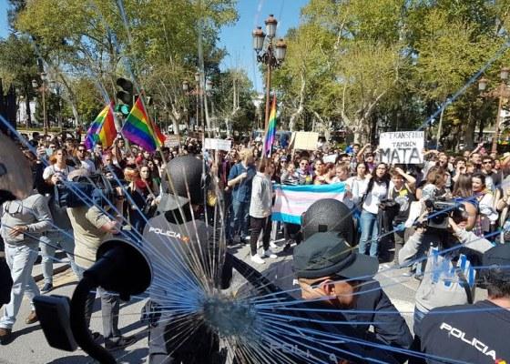 La Policía Nacional protege el autobús de HazteOir.org de los ataques de radicales LGTBI en Sevilla