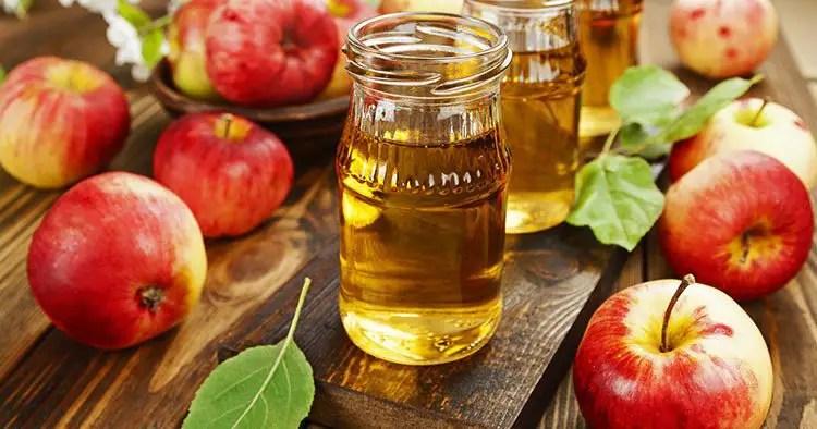 fresh-apple-juice-bottle-on-wooden