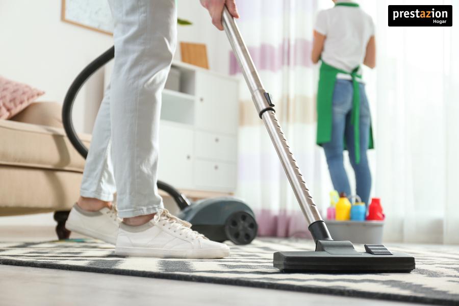 Medidas eficaces para combatir los ácaros del polvo y sus alergias.- aspirando alfombra