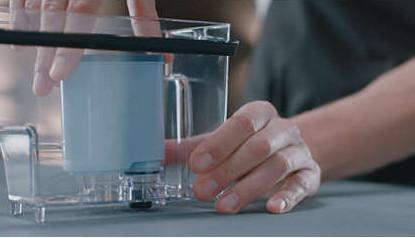 El filtro AquaClean se coloca en el interior del depósito
