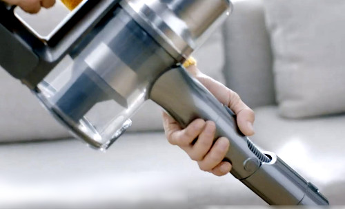 Dreame T30 tiene un accesorio flexible que permite aspirar debajo de los muebles.