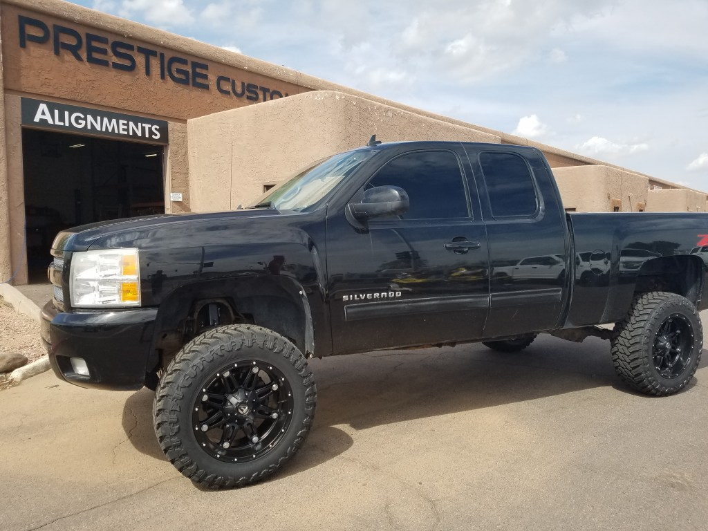 2009 CHEVY 1500 4X4 WITH A 7.5 ROUGH COUNTRY SUSPENSION LIFT KIT AND A SET OF FUEL HOSTAGE 20X10 BLACK AND A SET OF 35X12.50R20 MTS (2)