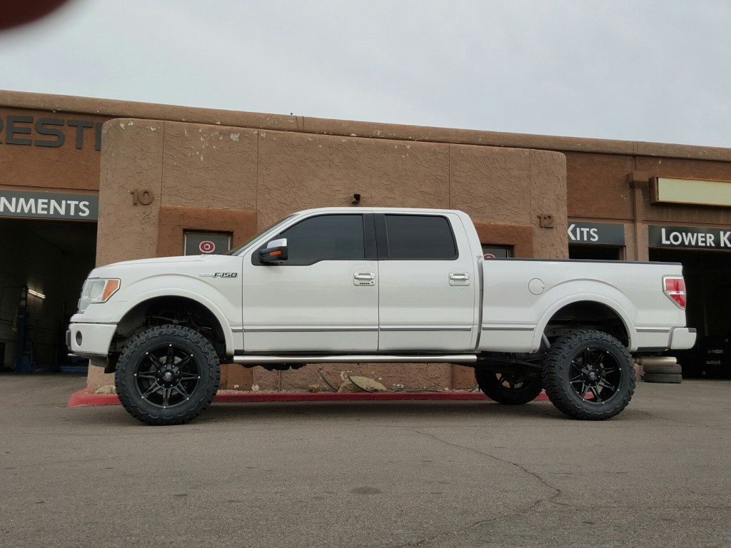 2010 FORD F150 4X4 WITH A 6 ROUGH COUNTRY SUSPENSION LIFT KIT AND MAYHEM 20X10 RAMPAGE WITH THUNDER MTS 35X12 (1)