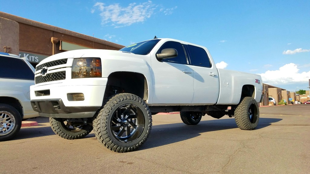 2011 CHEVY 2500HD 4X4 WITH A 7.5 ROUGH COUNTRY SUSPENSION LIFT KIT AND A SET OF FUEL TURBO 22X11 BLACK AND MILLED WITH 37X13.50R22 ARTUROS MTS (3)