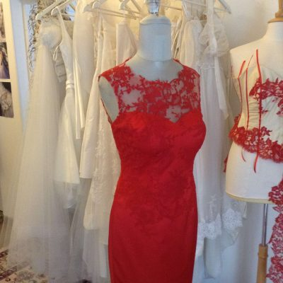 Robe de soiree  en dentelle de Calais rouge.  Créatrice Lolita C.