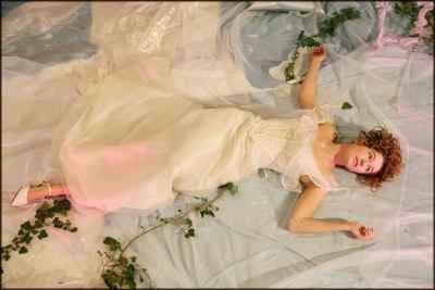 creation-haute-couture-bordeaux-robe-plume-01