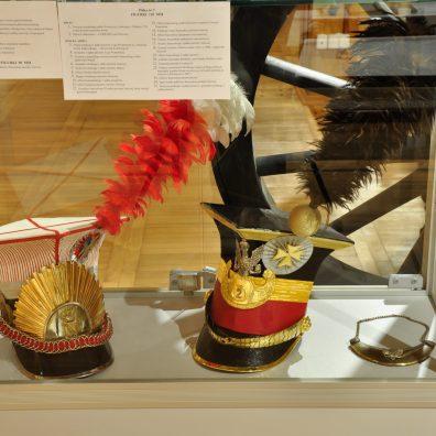 Polskie czapki używane od 1807 r.: trębacza szwoleżerów gwardii Napoleona oraz ułana – rekonstrukcja Jacka Jaworskiego.
