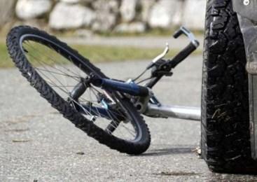 Voznik zapeljal na nasprotno smerno vozišče in trčil v kolesarko