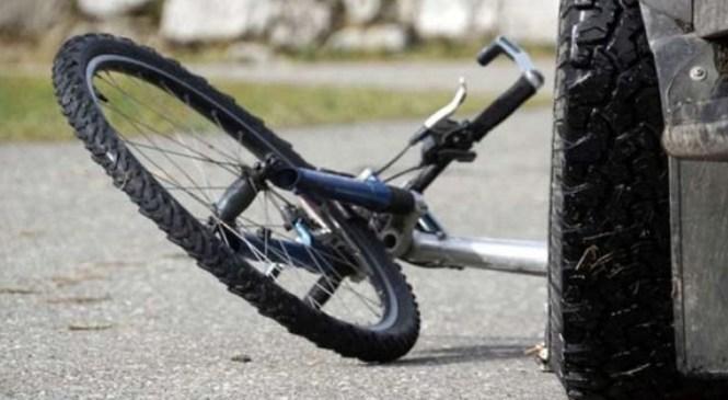 Trčila voznik osebnega avtomobila in kolesarka