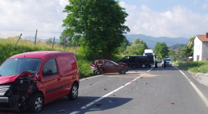 Izven naselja Ozeljan prišlo do trčenja treh osebnih vozil
