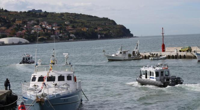 Osebi na plovilu v okvari postalo slabo, na pomoč priskočili policisti