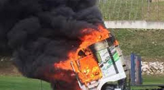 Na primorski avtocesti zaradi okvare zagorelo tovorno vozilo