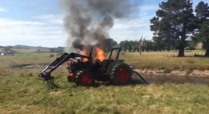Med delom na njivi zagorel traktor