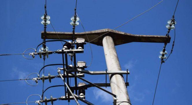 Pretvarjali so se, da so delavci elektro podjetja in ju oropali