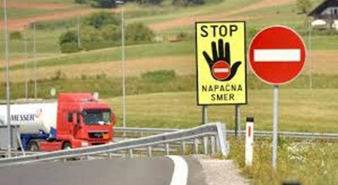 Voznik za vožnjo v napačno smer uporabil prehitevalni pas