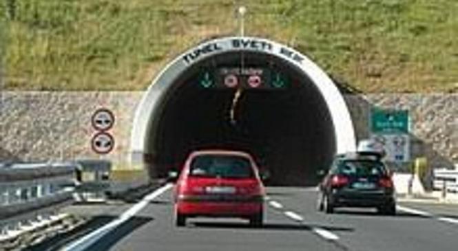 Iz smeri Ljubljane proti Celju skozi tunele vijugal močno vinjen voznik