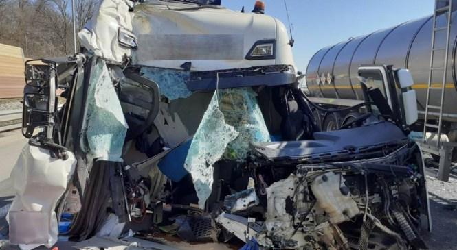 Nesreča na Primorski avtocesti: Tovorno vozilo trčilo v drugo tovorno vozilo pred seboj
