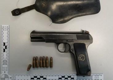 V dveh hišnih preiskavah zasegli orožje in prepovedane droge