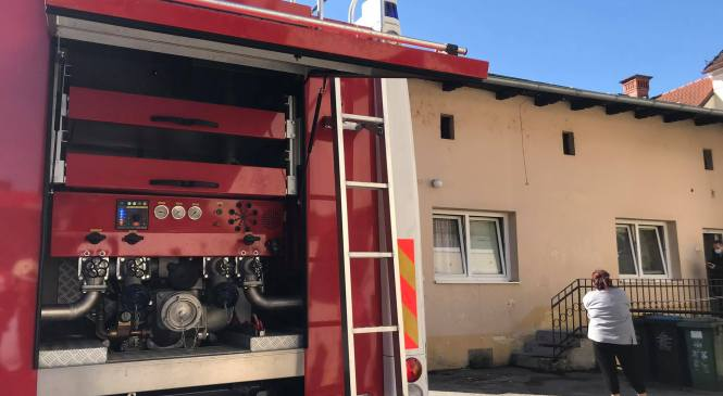 Zagorelo v stanovanju stanovanjskega bloka, ognjeni zublji v celoti uničili stanovanje