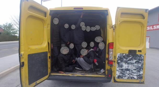 V tovornem vozilu prevažal 30 ilegalnih prebežnikov