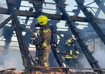 Iskra povzročila požar na ostrešju gospodarskega poslopja, škode za 70 tisočakov