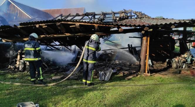 Zagorel manjši lesen objekt, nato pa se je ogenj razširil še na kontejner, kombi in osebni vozili