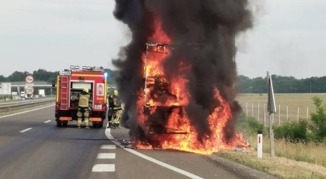 VIDEO: Goreče vozilo ovira promet na Pomurki
