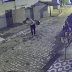 Identificado ex-companheiro que aparece em vídeo agredindo a mulher e destruindo sua moto, em Juazeiro